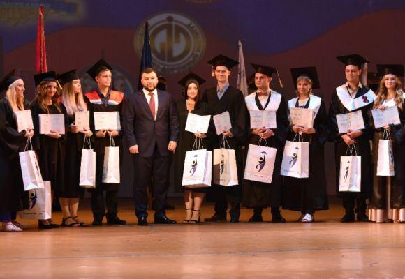 «Молодые, способные и энергичные специалисты нужны Республике»: Денис Пушилин вручил красные дипломы выпускникам вузов